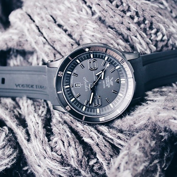 Stylowy zegarek Vostok Europe w szarym kolorze na pasku wykonanym z tworzywa sztucznego.