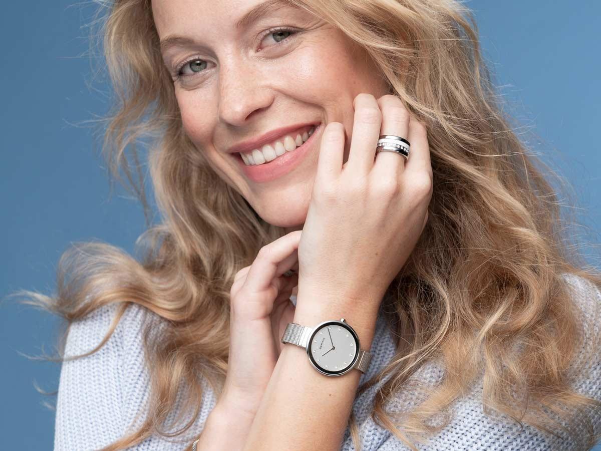 Srebrny zegarek Bering ze złotą kopertą oraz minimalistyczną tarczą.
