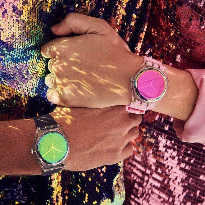 Zegarki Swatch z przezroczystą kopertą zrobioną z tworzywa sztucznego, z tego samego materiału jest również wykonany pasek zegarków.
