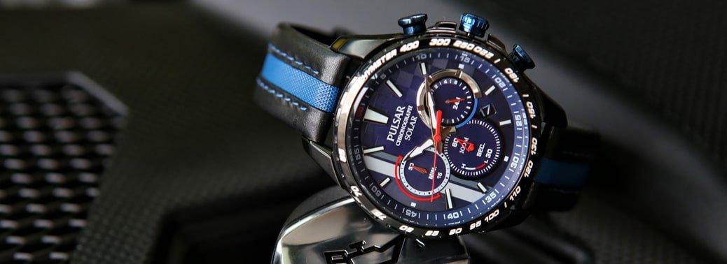 Męski zegarek sportowy Pulsar z wielofunkcyjną tarczą oraz stalową kopertą. Zegarek jest na czarno-niebieskim, skórzanym pasku co dodaje bardziej sportowego charakteru zegarkowi.