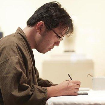 Wataru Totani specjalista z wieloletnim doświadczaniem w sztuce Nagoya. Specjalna powłoka nanoszona jest na tarczę zegarka ręcznie.