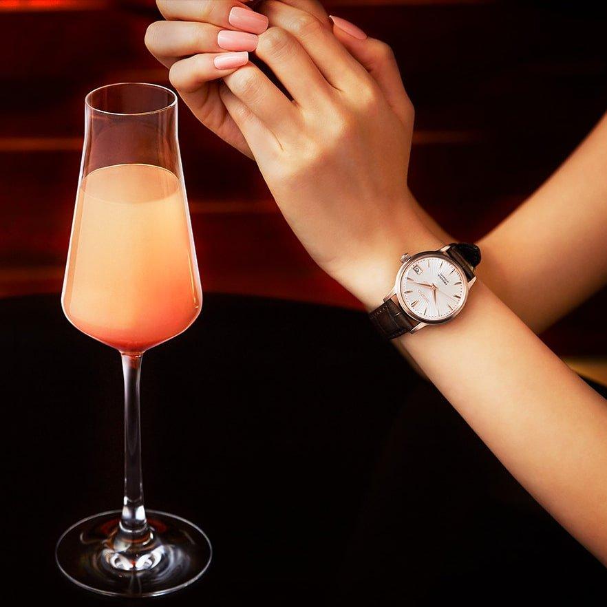 Piękny, damski zegarek Seiko Presage SRP852J1 z brzoskwiniową tarczą, koperta w kolorze różowego złota, na skórzanym pasku w kolorze brązowym.