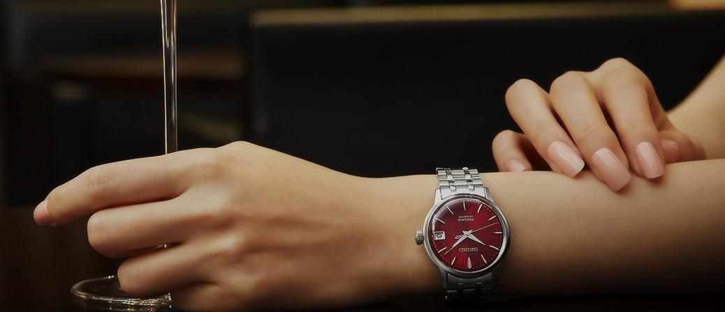 Wytworny, damski zegarek Seiko Presage SRP853J1 na srebrnej klasycznej bransolecie z intensywną czerwoną tarczą.