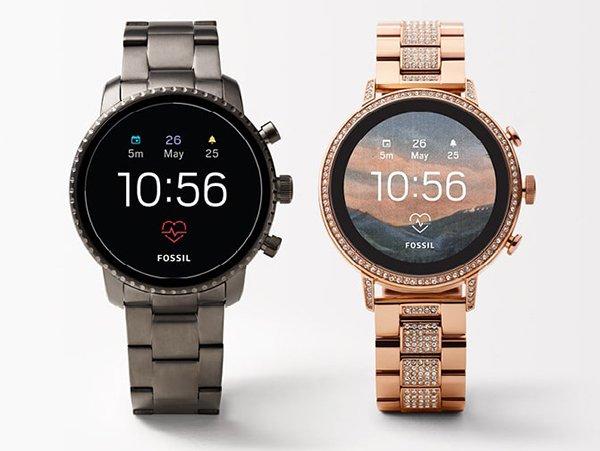 Smartwatche Fossil w srebrnym i różowo-złotym kolorze.