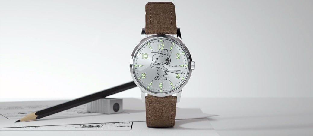 Modowy, męski zegarek Timex TW2R94900 na skórzanym brązowym pasku z srebną kopertą oraz tracza ze Snoopy'm. Zegarek ten posiada podświetlenie Neobrite zapewniające długotrwałe świeciecenie w ciemności.