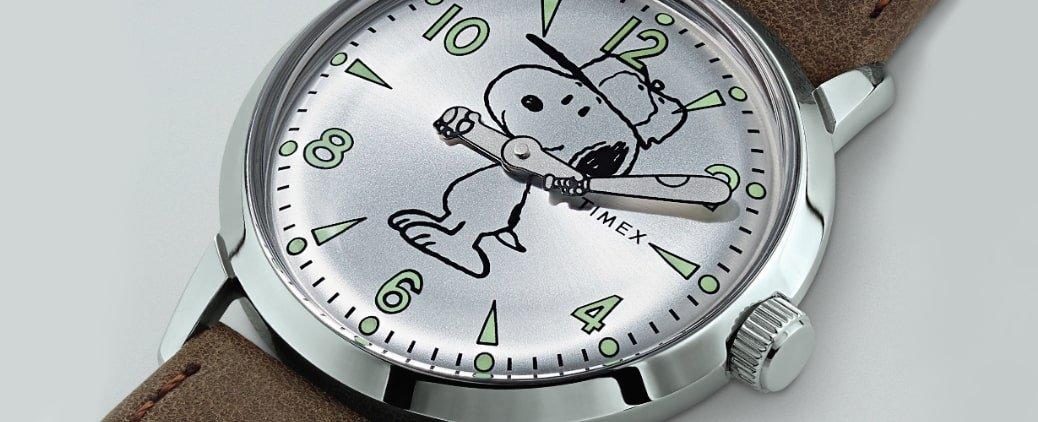 Kwarcowy, męski zegarek Timex TW2R94900 z stalową kopertą w srebrnym kolorze. Tarcza zegarka jest w srebrnym kolorze a na niej znajduje się bohater komiksów ''Fistaszki''- Snoopy. Sam zegarek jest na brązowym skórzanym pasku.