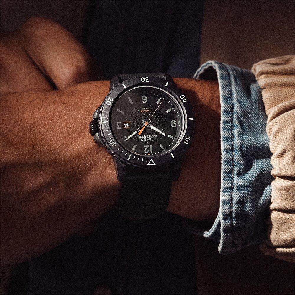 Czarny zegarek marki Timex Expedition na czarnym parcianym pasku.