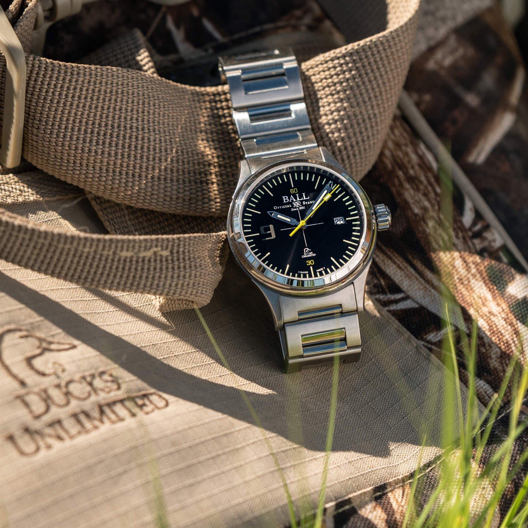 Stylowy zegarek Ball z czarną tarcza na srebrnej bransolecie