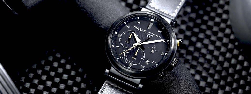 Sportowy, męski zegarek Pulsar na skórzanym pasku w czarnym kolorze. Zegarek jest chronografem z mechanizmem solarnym.