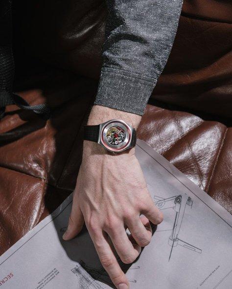 Zegarek Swatch z widocznym mechanizmem.