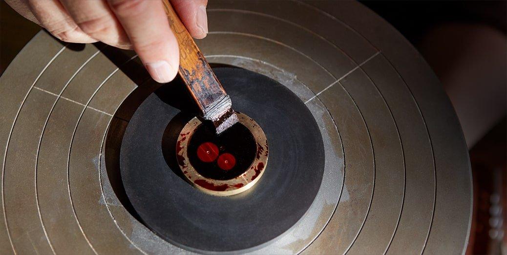 W zegarku Seiko Presage Urushi Byakudan-Nuri cała tarcza jest kilkakrotnie malowana zabarwionym na czerwono, półprzezroczystym lakierem Urushi.