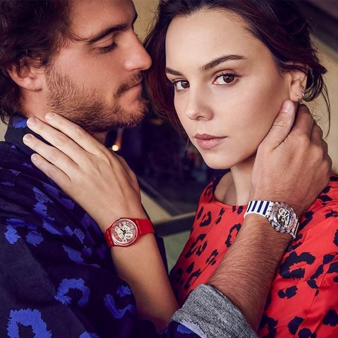 Modowe zegarki Swatch z mechanizmem kwarcowym i obudową z tworzywa sztucznego.
