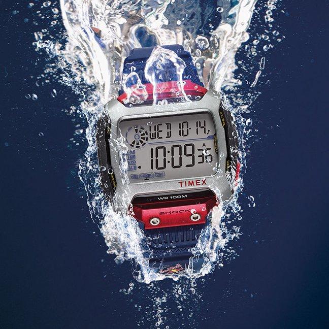 Wytrzymały, męski zegarek Timex TW5M20800 COMMAND RED BULL CLIFF DIVING na niebieskim pasku z tworzywa sztucznego oraz koperty w prostokątnym kształcie z tworzywa sztucznego w takich kolorach jak srebrny, czerwony, niebieski.