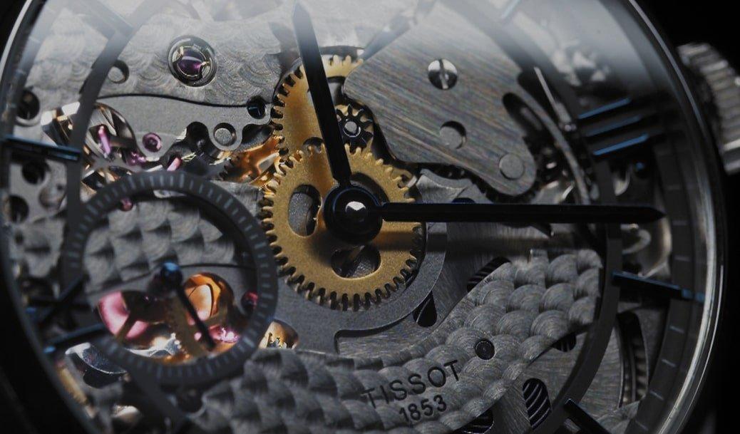 Odkryty mechanizm zegarka Tissot pokazujący jak pracuje.