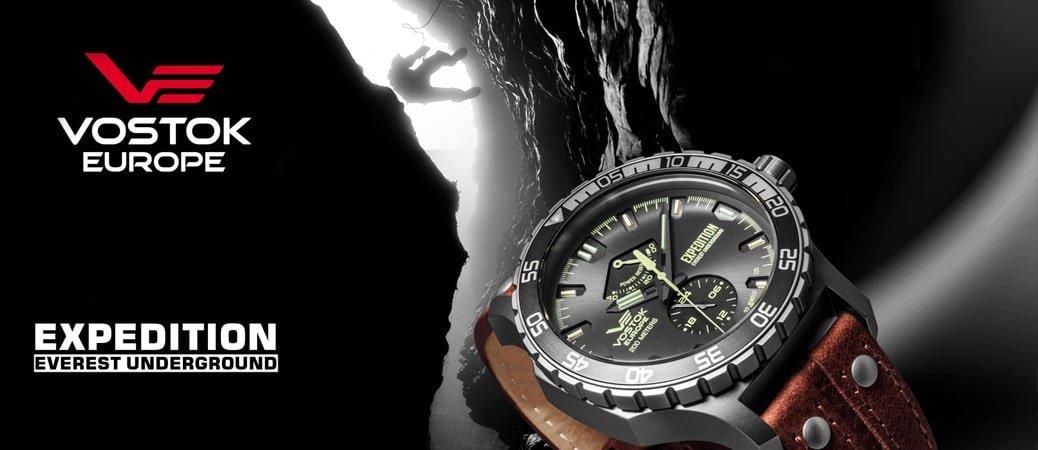 Luksusowy zegarek Vostok Europe Everest Expedition Underground w klasycznym stylu ze srebrną, okrągłą stalową kopertą oraz skórzanym paskiem w kolorze brązu.