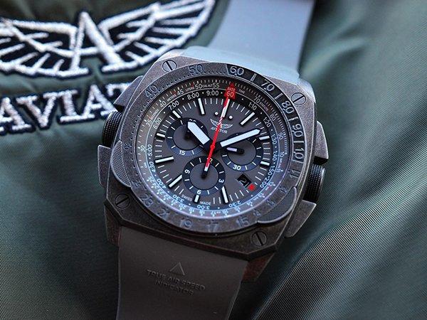 Pasek z tworzywa sztucznego w zegarku Aviator.