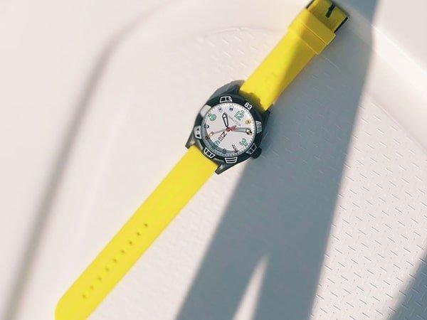 Pasek z tworzywa sztucznego w zegarku Nautica