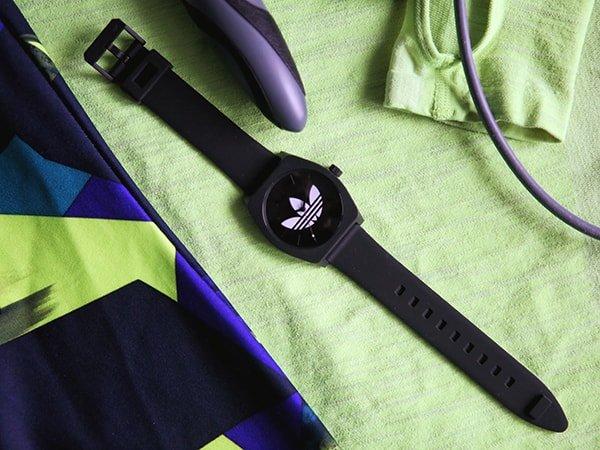 Sportowy zegarek Adidas dla kobiet lubiących sportowe wyzwania