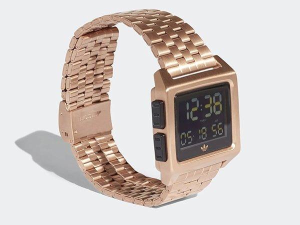 Wyjątkowy zegarek Adidas z cyfrową tarczą na bransolecie w kolorze różowego złota.