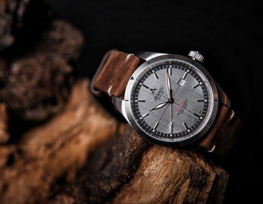 Zegarek Atlantic Seaflight z srebrną tarczą na brązowym skórzanym pasku.