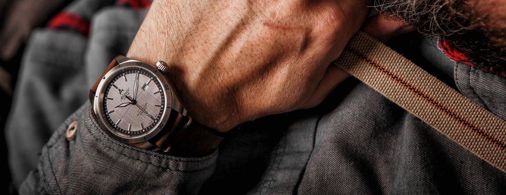 Zegarek Atlantic Seaflight na brązowym skórzanym pasku z srebrną tarczą.