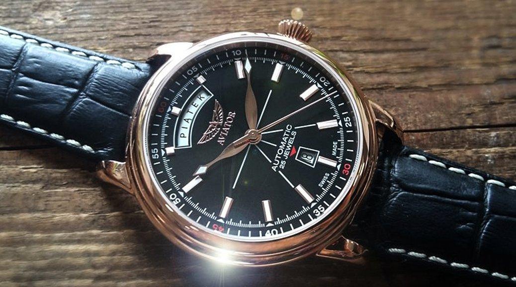 Limitowany, męski zegarek Aviator V.3.20.2.146.4-PL Polska Edycja Limitowana na skórzanym czarnym pasku z białymi szwami oraz koperta ze stali w kolorze złotego różu. Analogowa tarcza zegarka Aviator jest w czarnym kolorze z białymi indeksami oraz wskazówkami w kolorze złotego różu.