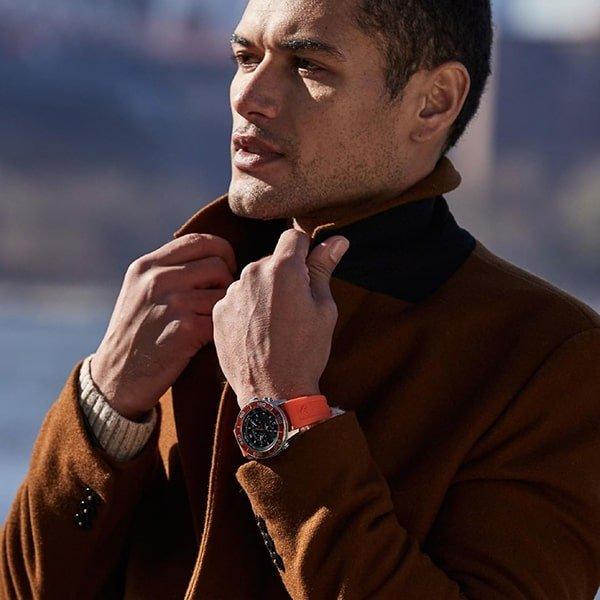 Sportowy zegarek Citizen na pomarańczowym pasku z tworzywa sztucznego.