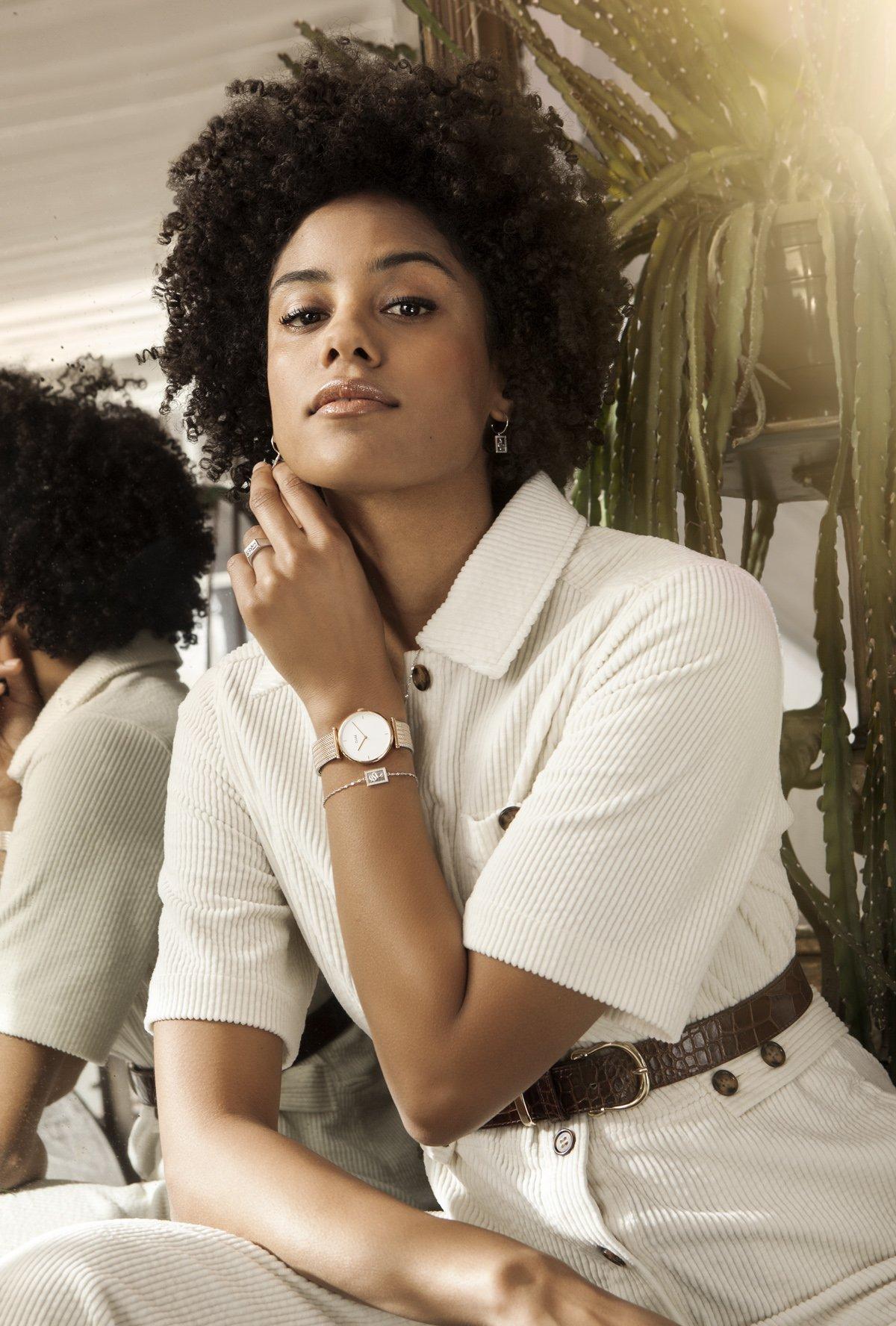 Delikatny, damski zegarek Cluse CL61003 Rose Gold White/Silver Rose Gold na srebrno-różowej bransolecie typu mesh. Koperta jest wykonana z mosiądzu w różowym kolorze. Minimalistyczna, analogowa tarcza jest w białym kolorze z wskazówkami w kolorze różowego złota.