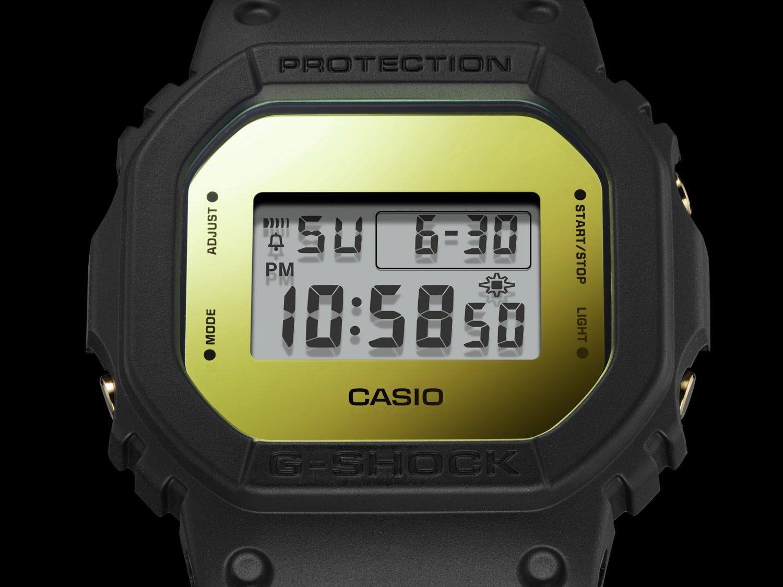 Męski zegarek  Casio G-SHOCK DW-5600BBMB-1ER Metallic Mirror Face posiada wiele pożytecznych fukncji takich jak rozbudowany kalendarz czy timer.