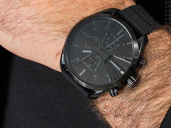 Zegarek Diesel w czarnym kolorze dla osób leworęcznych.