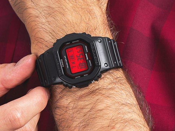 Ponadczasowy zegarek G-Shock a czarnym kolorze z czerwoną tarcza