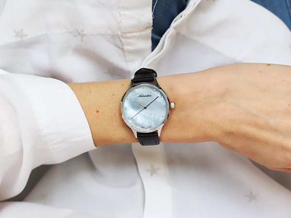 Kobiece piękno zawarte w zegarku Adriatica z tarczą perłową
