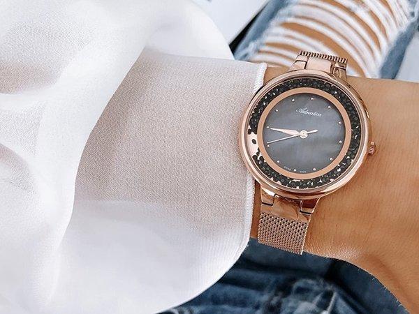 Złoty zegarek szwajcarski dla pewnej siebie kobiety