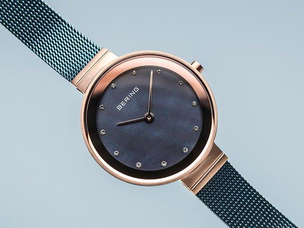 Damski zegarek Bering z perłową tarczą.