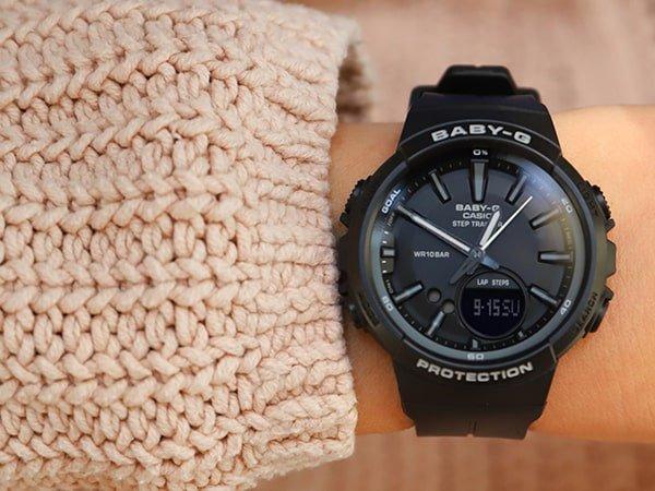Sportowy zegarek Baby-G w czarnym kolorze na pasku.