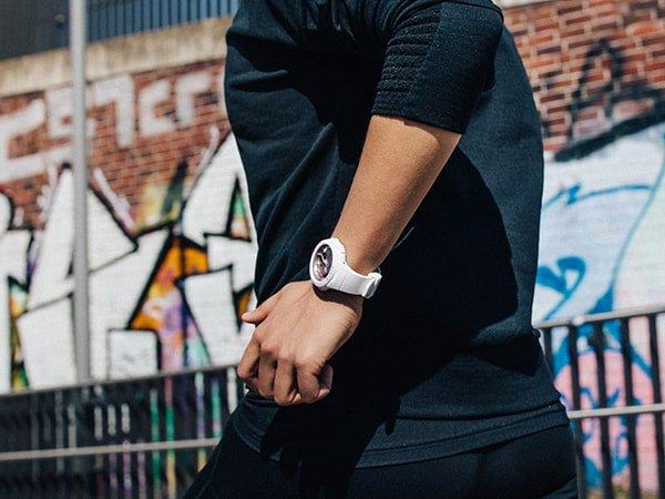 Sportowy zegarek Baby-G na pasku w białym kolorze.