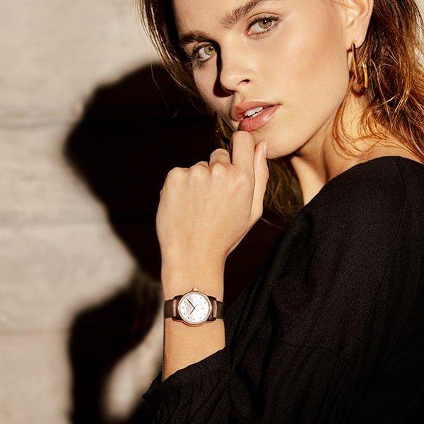 Damski, automatyczny zegarek Certina na brązowym pasku.