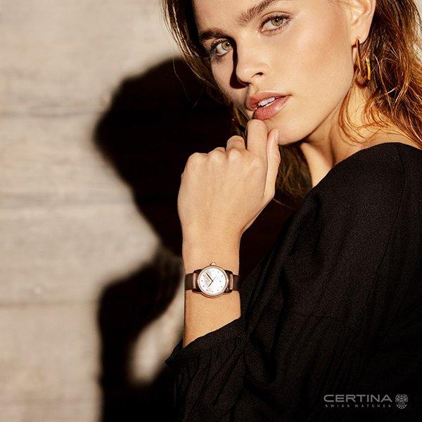 Elegancki zegarek Certina na brązowym pasku.