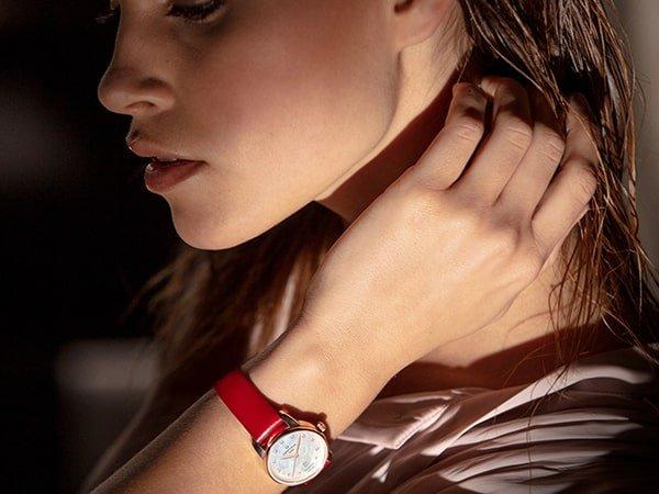 Elegancki zegarek Certina na czerwonym pasku.