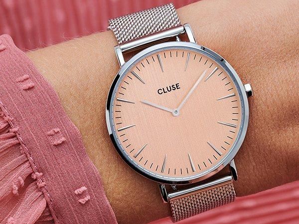 Elegancki zegarek Cluze na srebrnej bransolecie mesh z tarczą w kolorze łososia