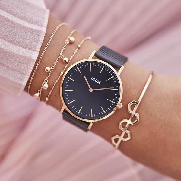 Czarny zegarek Cluse ze złotymi akcentami