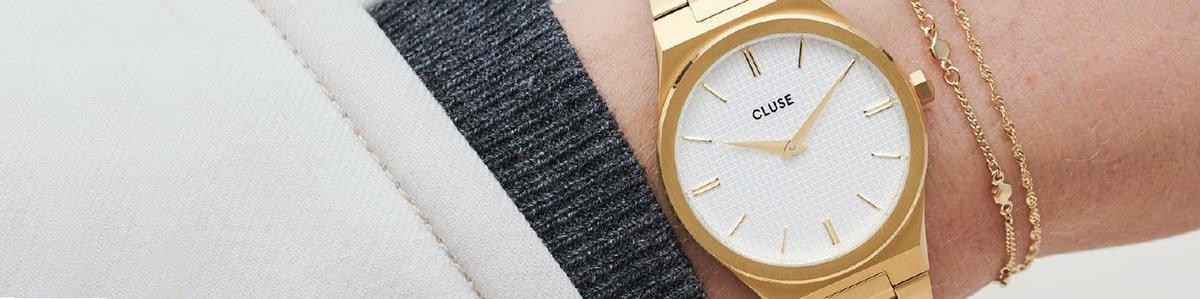 Damski zegarek Cluse na złotej bransolecie.