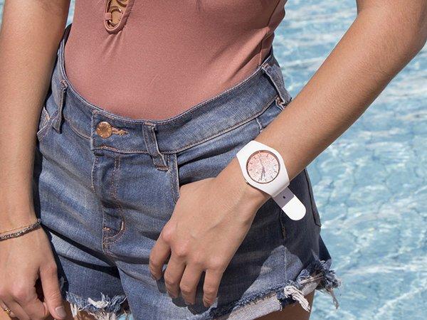 Elegancki zegarek Ice Watch na białym pasku z brokatową tarczą w różowym kolorze.