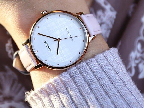 Damski zegarek Lorus na pasku w kolorze pudrowego różu.