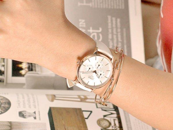Damski zegarek Lorus w białym kolorze z subtarczami na tarczy.