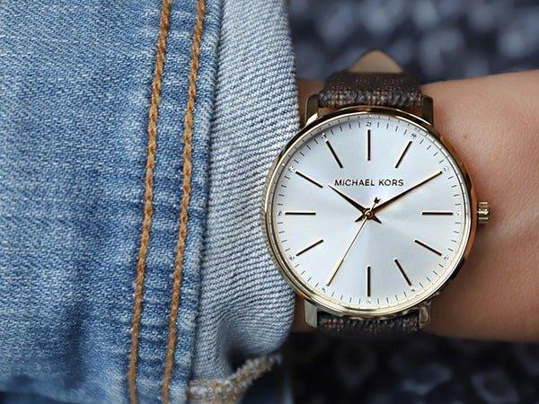Stylowy zegarek Michael Kors na brązowym pasku z klasyczną, minimalistyczną tarczą.
