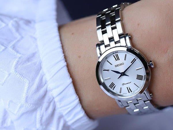 Elegancki zegarek Seiko Prmier w srebrnym kolorze dla niej.