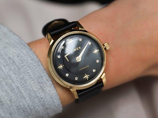 Automatyczny zegarek Timex dla niej w czarnym kolorze z akcentami w kolorze złota