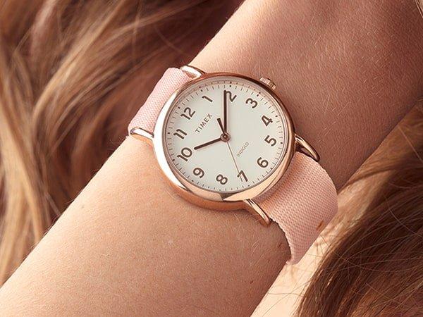 Stylowy zegarek Timex na różowym, parcianym pasku.