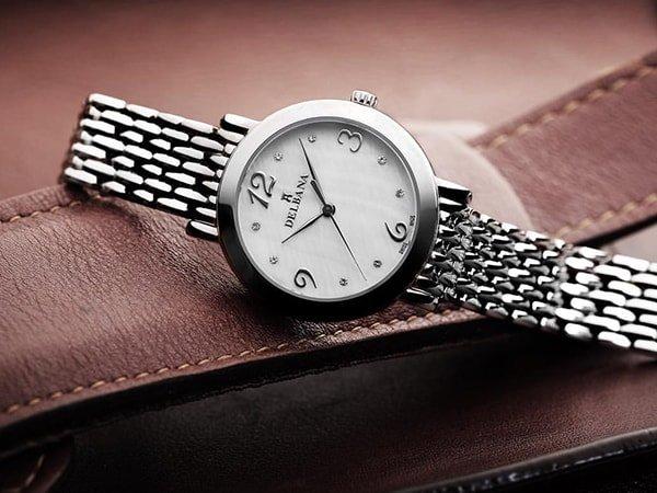 Damski zegarek Delbana na srebrnej bransolecie w klasycznym stylu
